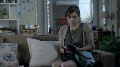Cora rouba cueca de Robertão - Megera vai até a casa de Magnólia e encontra a roupa íntima no sofá