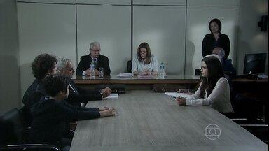 A juíza pergunta a Victor com quem ele quer ficar - Reginaldo discute com Cristina e Cora