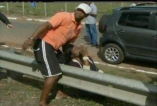 Van invade ponto de ônibus, mata idoso e fere 12 pessoas em Campos - Motorista perdeu o controle após batida com ônibus, no interior do Rio.Entre os feridos estavam atropelados e ocupantes da van.