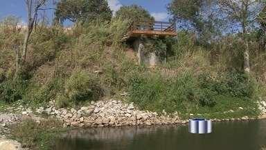 Obra no rio Paraíba, na zona norte de São José dos Campos, é motivo de reclamação - Os moradores têm medo que a erosão na margem do rio chegue às casas.