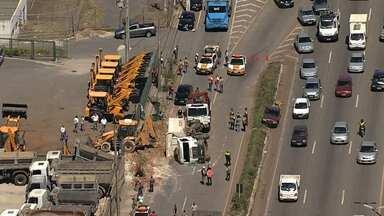 Acidente com caminhão é registrado na marginal do Anel de BH - Batida foi na altura do bairro Santa Maria.