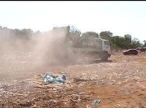 Mesmo com proibição, pessoas ainda jogam lixo em caçambas que carregam entulho - Mesmo com proibição, pessoas ainda jogam lixo em caçambas que carregam entulho