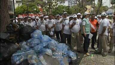 Campanha orienta para o descarte correto de resíduos sólidos - Campanha ocorre no Centro de Fortaleza.