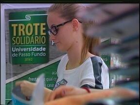 Sou do Bem: Trote solidário ajuda programa social de Passo Fundo, RS - Os alunos foram em busca de caixas de leite para o projeto Brasil sem Frestas, que usa o material para isolar as casas do frio.