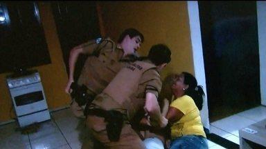 Policiais agridem homem dentro de casa após denúncia de som alto - Os policiais seguraram o homem, que levou um tiro na perna e foi imobilizado. No chão, ele ainda recebeu socos. Segundo a PM, ele foi violento, ameaçou os policiais com uma faca e por isso recebeu voz de prisão.