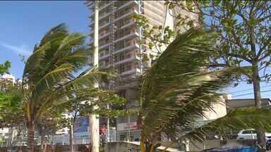 Ventos de 70 km/h causam estragos na região da Grande Vitória, ES - Na praia de Itapoã, a água do mar chegou até o calçadão.