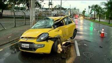 Carros batem em avenida de Vitória e motorista nega bafômetro - Um dos condutores não quis ser atendido pelo Samu.Às 6h40 o trânsito já estava liberado e o fluxo seguia normalmente.
