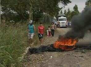 Manifestantes interditam a PE-103 entre Bonito e Barra de Guabiraba - Eles reivindicaram melhores condições para a estrada.