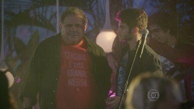 Nando fica abalado por causa de Roberta - Pedro comemora o sucesso do show