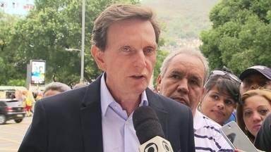 Marcelo Crivella faz campanha na Tijuca - O candidato Marcelo Crivella, do PRB, conversou com eleitores da Tijuca, na Zona Norte. Ele falou sobre o programa Cimento Social, para ajudar moradores de comunidades pobres a construir ou reformar casas.