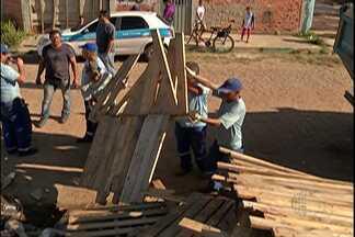 Ação da prefeitura tira famílias que invadiram área particular em Mogi das Cruzes - Das 35 famílias, 15 construíram barracos e só vão sair depois de uma determinação judicial.