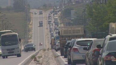 Principais acessos de saída de Manaus têm movimento intenso - Cerca de 20 mil veículos devem deixar a capital no feriado prolongado.