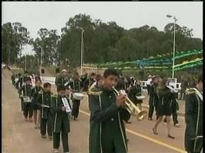 Dezenas de estudantes fazem desfile cívico em Lages - Dezenas de estudantes fazem desfile cívico em Lages