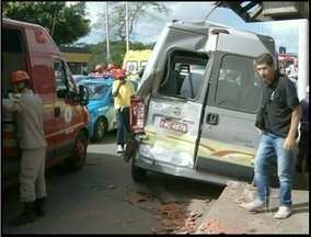Pessoas feridas em acidente na BR-101 na altura de Campos, RJ, estão internadas - Das 13 pessoas que ficaram feridas, quatro ainda estão internadas.