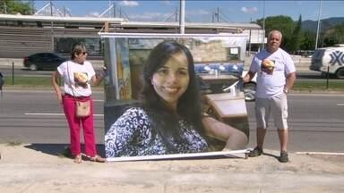 Família de jovem que morreu após dar entrada com apendicite em um hospital faz protesto - Os parentes cobraram o resultado das investigações sobre a morte de Ana Carolina Cassino, de 23 anos. No dia 17 de agosto, ela esperou mais de 24 horas pela cirurgia.
