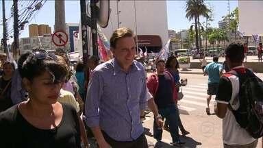 Marcelo Crivella faz caminhada em Duque de Caxias - O candidato ao governo do Rio prometeu aumentar a pavimentação nas ruas e acabar com a falta de água na Baixada Fluminense.