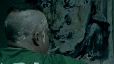 Domingos pinta parede da cela - Orville e Carmem se beijam e comentam sobre as pinturas de Domingos