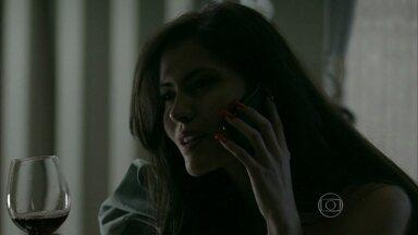 Carmen faz revelação para Téo - Ela conta para Téo que Orville se separou de Juliane para ficar com ela. Cora, Elivaldo e Cristina se despedem de Xana. Téo pede a Érika que verifique que a história de Carmem é verdade.