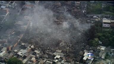 Incêndio destrói favela na Zona Sul de São Paulo - Cerca de 600 casas foram atingidas e faltou água para os bombeiros combaterem as chamas. O fogo só foi controlado mais de três horas depois do início do incêndio.