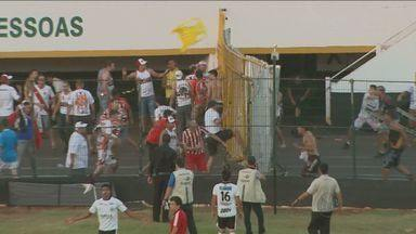 Torcedores de Comercial-SP e Botafogo-SP brigam em clássico deste domingo (7) - Os torcedores de Ribeirão Preto (SP) se agrediram com cadeiras e arremesso de objetos. Os seguranças tentaram impedir a confusão, mas não tiveram sucesso.