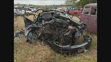 Quatro pessoas morrem e seis ficam feridas em acidente no Agreste - A imprudência pode ter causado a batida, que envolveu dois veículos. Um deles fazia transporte de passageiros.