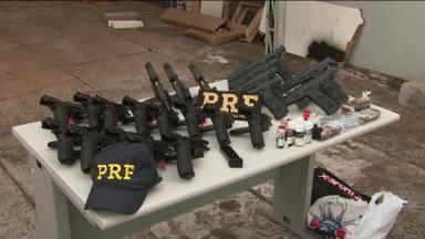 Polícia apreende 27 armas e drogas em ônibus na região de Cascavel - Eles revistaram um ônibus que fazia a linha Foz do Iguaçu-Curitiba três vezes.