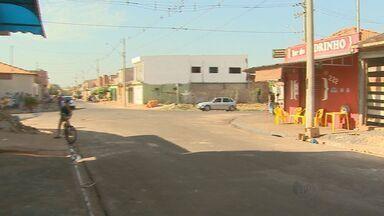 Dois pedreiros morrem após discutirem em bar em Barrinha, SP - Segundo a PM, suspeito pegou revólver e atirou em vítimas depois que elas estacionaram o carro em frente à casa dele.