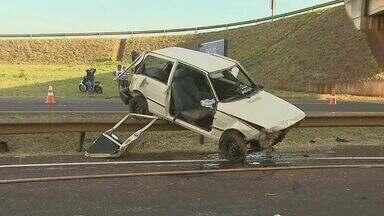Duas mulheres e uma criança ficam feridas em acidente em Sertãozinho, SP - Carro capotou na Rodovia Carlos Tonani. Outros três passageiros tiveram apenas ferimentos leves.