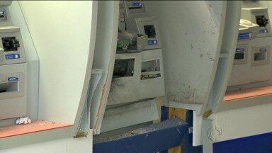 """Bandidos explodem caixa eletrônico em Maringá - Já em Londrina, um aparelho conhecido como """"chupa-cabra"""" foi encontrado pela polícia."""