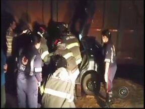 Duas pessoas morrem em acidente entre carro e bitrem em Ipiguá - Duas pessoas morreram em um acidente na Rodovia Custódio da Silva, em Ipiguá (SP), na noite deste sábado (7). As vítimas, de 23 e 19 anos, eram o motorista e um passageiro de um carro que bateu em um bitrem. Eles chegaram a ser socorridos, mas não resistiram.