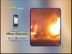 Kombi cheia de alimentos pega fogo em Rio Preto - Uma perua Kombi pegou fogo na manhã desta segunda-feira (8), em frente ao Ceasa, em São José do Rio Preto (SP).