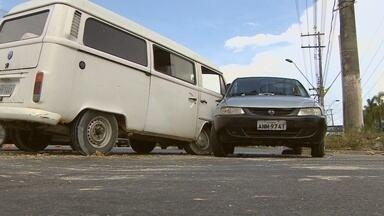 Duas pessoas ficam feridas em colisão na Torquato Tapajós, no AM - Kombi chocou-se com Celta que tentava fazer o retorno.Duas pessoas feridas foram encaminhadas ao HPS João Lúcio.
