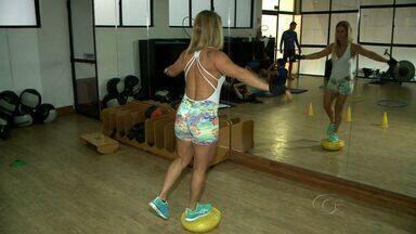 Prática de exercícios com equipamentos específicos auxilia na tonificação do corpo - Equipamento é chamado de bases instáveis.
