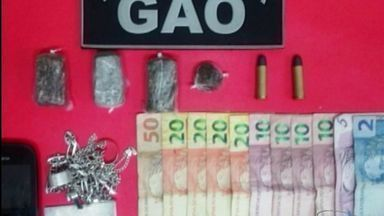 Jovem é preso por tráfico de drogas em Cachoeiro de Itapemirim, ES - Ele ainda foi autuado em flagrante pelo crime de posse irregular de munição.Na casa que ele estava foi apreendida uma pequena quantidade de droga.