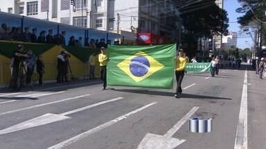 São José dos Campos celebra feriado de 7 de setembro com desfile - De acordo com a prefeitura, cerca de 10 mil pessoas lotaram o centro. Estudantes, militares, motociclistas e jipeiros participaram da comemoração.