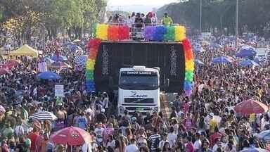 Parada Gay reúne 40 mil pessoas no Eixão - Segundo a Polícia Militar, 40 mil pessoas estiveram na Parada do Orgulho Gay, no Eixão.Foi a 17ª edição do evento em Brasília.
