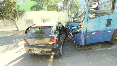 Mulher morre em acidente entre carro e ônibus em Belo Horizonte - Batida foi neste domingo, no bairro Caiçara, na Região Noroeste.