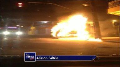Carro pega fogo no centro de Paranavaí - Telespectador mandou imagens para o link Na Hora Certa.