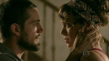 Vicente visita Cristina e quase a beija - Chef de cozinha fala bem pertinho da loura e a deixa mexida
