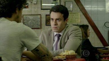 Fernando conta para Elivaldo quais são as intenções de Cora - O irmão de Cristina acredita que a irmã deve fazer exame de DNA para saber se é filha de Zé Alfredo