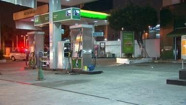 Duas pessoas são baleadas em posto de gasolina de Irajá - O motociclista, identificado como Marcos Vinícius Brandão, de 27 anos, foi baleado três vezes enquanto abastecia a moto. O frentista Felipe Fabiano foi atingido por uma bala perdida.