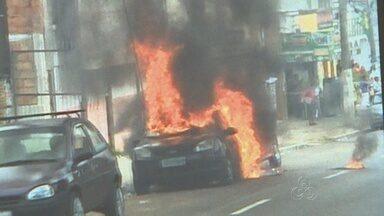 Carro pega fogo após ser atingido por fio de alta tensão em Manaus - Fogo que começou em um carro, se alastrou para outros veículos.Trecho da avenida Constantino Nery sentido centro-bairro ficou interditado.