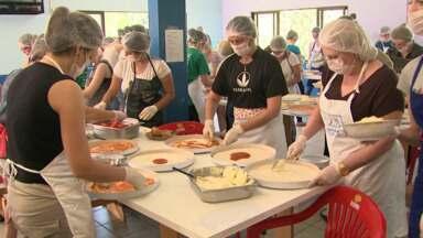 Voluntários acordam cedo para ajudar a montar as pizzas do Lar dos bebês - Neste sábado tem a tradicional venda de pizza para ajudar o Lar dos bebês. Quem quiser ajudar, pode comprar a pizza na hora