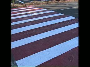 Morador quer mais sinalização de trânsito no bairro - Morador da Zona Oeste de Londrina diz que só a faixa vermelha não resolve. Ele quer faixa elevada.