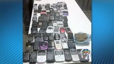 Dupla é detida após invadir Pemano para entregar celular e droga a presos - Duas pessoas, sendo uma delas adolescente, foram detidas na madrugada deste sábado (13) tentando entregar celulares e porções de maconha para detentos no Presídio Edgard Magalhães Noronha (Pemano) em Tremembé, no interior de São Paulo.