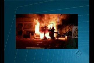 Incêndio em Almeirim destrói lojas e casas - Fogo teria começado em lojas de sapatos.
