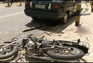 Menor de 17 anos morre ao bater motocicleta de frente com carro, em Timóteo - Adolescente estava em alta velocidade quando bateu e outro menor estava na garupa e está em estado grave.