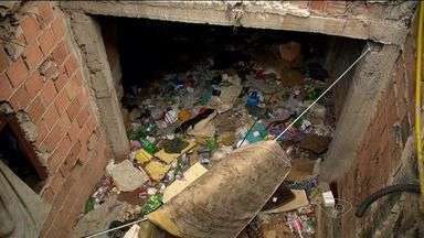 Irmãos usuários de drogas vivem em casa tomada por lixo, no ES - Além dos dois, a filha de um deles também mora na residência, localizada no bairro Bonfim, em Vitória. Vizinhos têm reclamado da situação.
