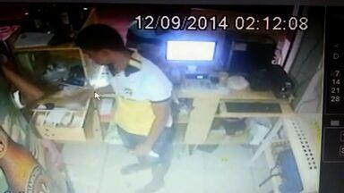 Câmera flagra ladrões roubando lanchonete - O carro de um cliente foi levado