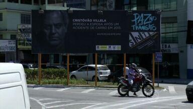 Campanha orienta população sobre os perigos no trânsito em Volta Redonda, RJ - Histórias de vítimas estão sendo mostradas em outdoors espalhados pela cidade; ideia foi do Núcleo de Ação Comunitária.